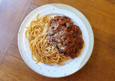 Nachhaltig lecker: Pasta mit Tomaten-Auberginen-Sugo